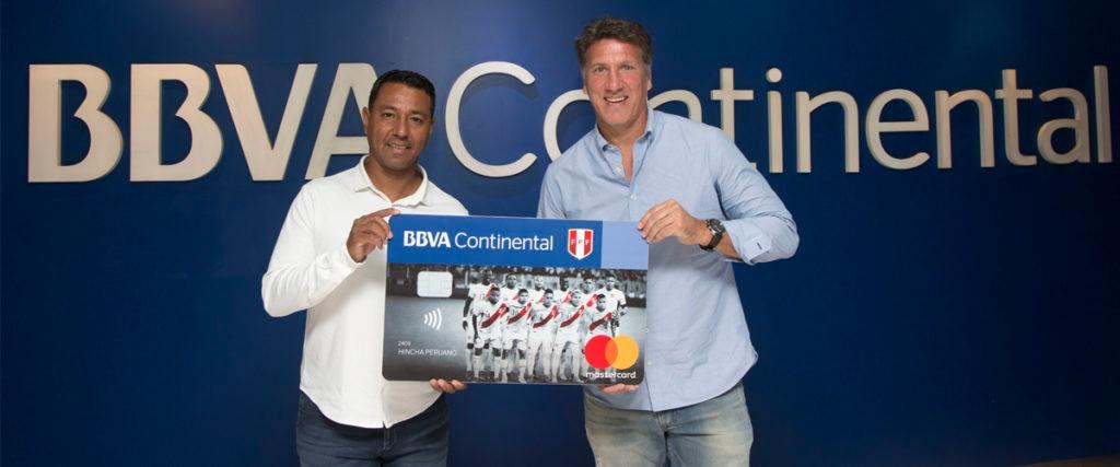 Nolberto Solano y Flavio Maestri con la tarjeta del hincha de BBVA Continental.