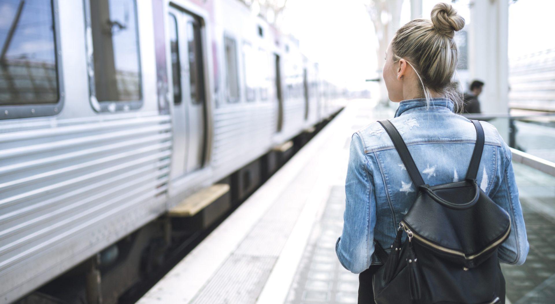 mujer-tren-trasporte-estacion-viaje-viajar-bbva