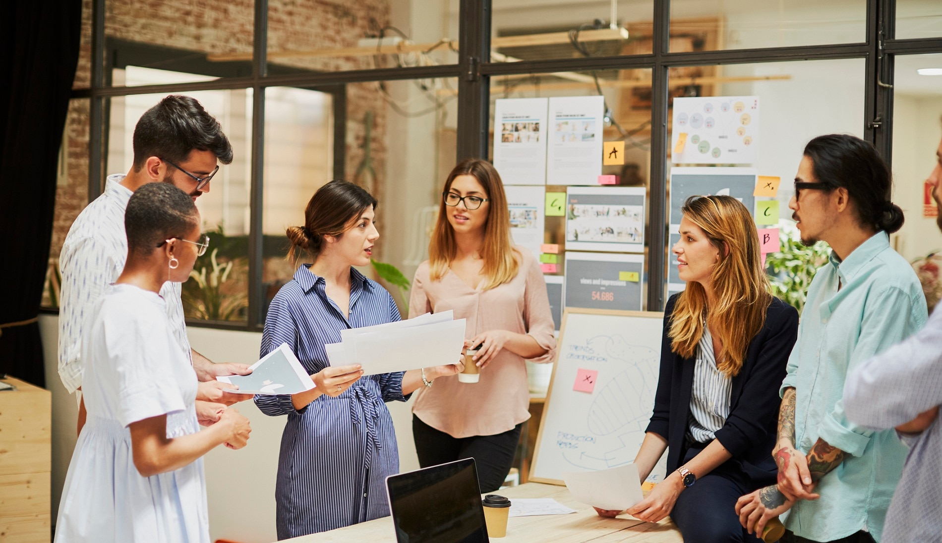 trabajo-meeting-agile-equipo-oficina-recursos-humanos-jovenes-talento-bbva