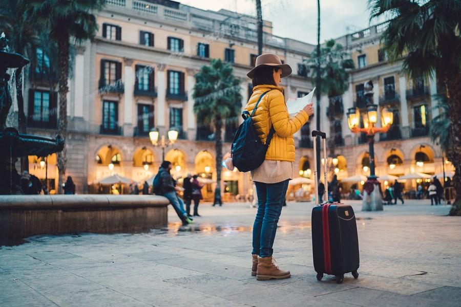 turismo-mujer-chica-barcelona-maleta-viaje-mapa-ciudad-recurso-bbva