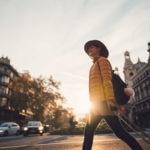 turismo-mujer-chica-barcelona-maleta-viaje-recurso-bbva