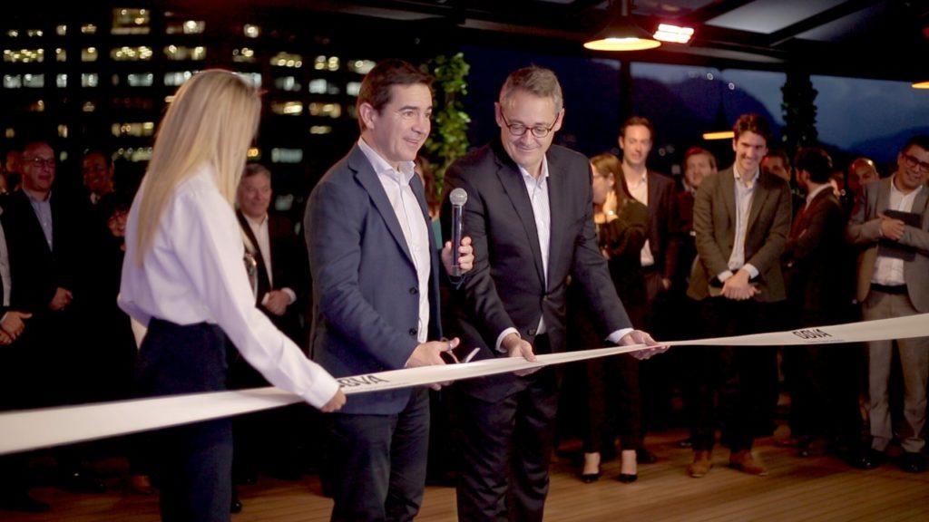 Fotografía de Carlos Torres, presidente ejecutivo de BBVA, con Oscar Cabrera, presidente de BBVA Colombia inauguran el edificio principal de BBVA Colombia