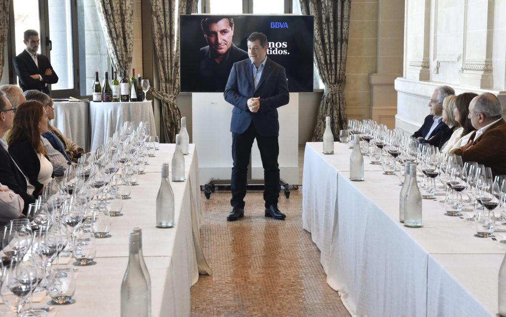 Josep Roca con cliente de BBVA Uruguay