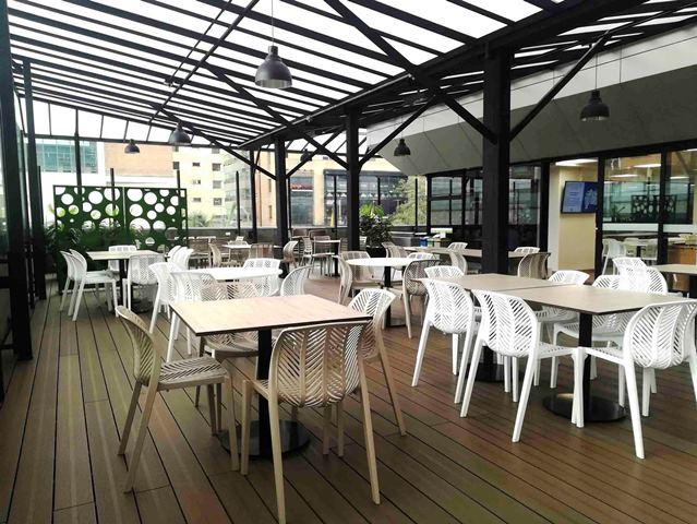 Fotografía de la Terraza del comedor remodelado para los colaboradores del edificio de BBVA Colombia