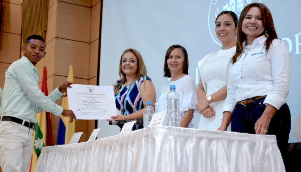 Becas BBVA Plan: Sandro Orozco, recibe el diploma en la graduación