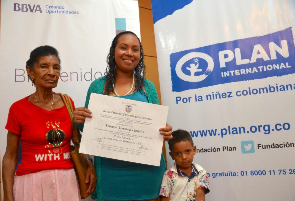 Becas BBVA Plan. Yodeinis Benavides, con su abuela y uno de sus hijos.