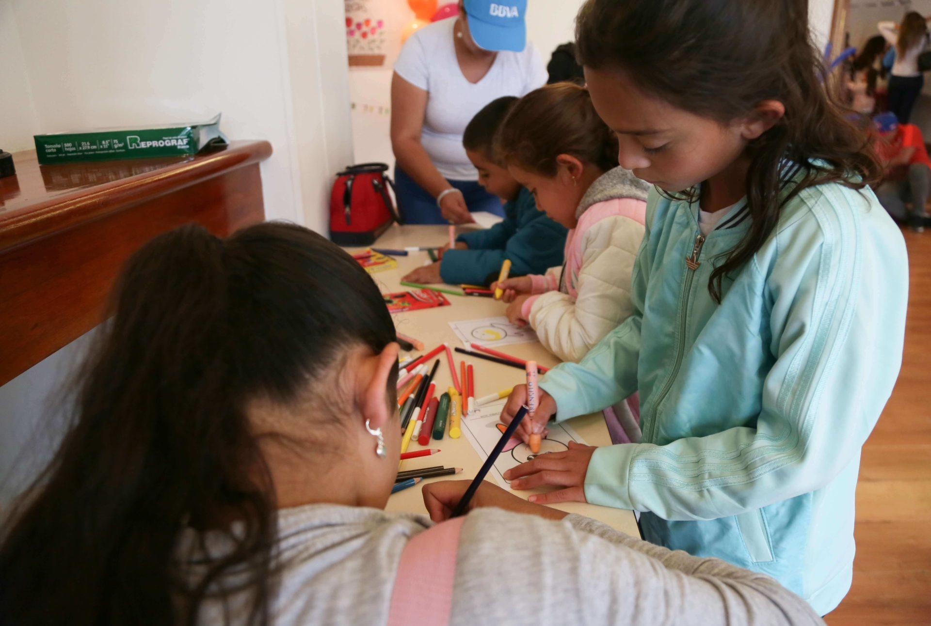 Niños coloreando en las formaciones de Agile Kids