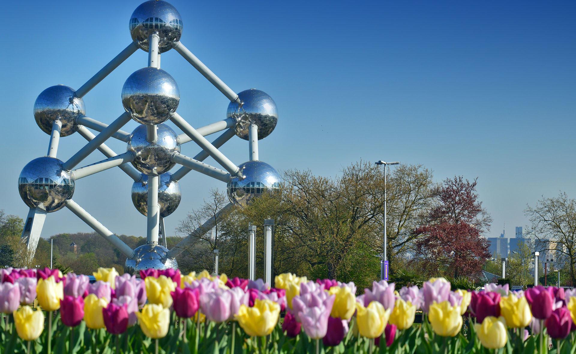Fotografía de Bélgica, atomium, tulipanes, Bruselas, sostenibilidad, medioambiente, finanzas sostenibles