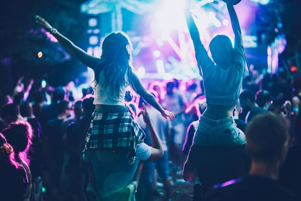 Chicas-fiesta-concierto-festival-jovenes-bbva