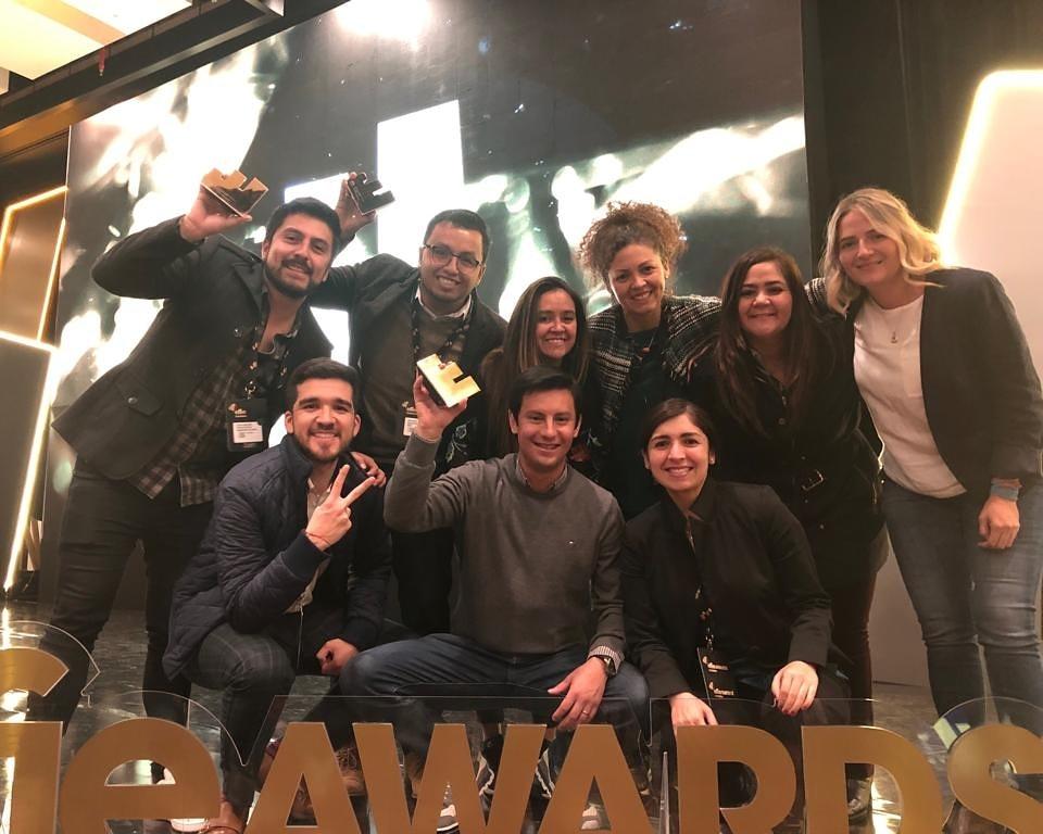 Equipo de BBVA, DDB y Minshare recibiendo los premios Effie Oro y Bronce