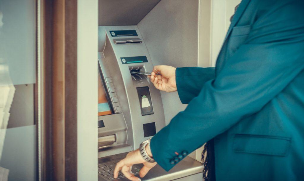 hombre, tarjeta credito, sacar dinero, cajero automatico, recurso bbva