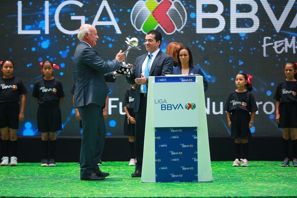 Entrega de trofeo liga MX a Eduardo Osuna