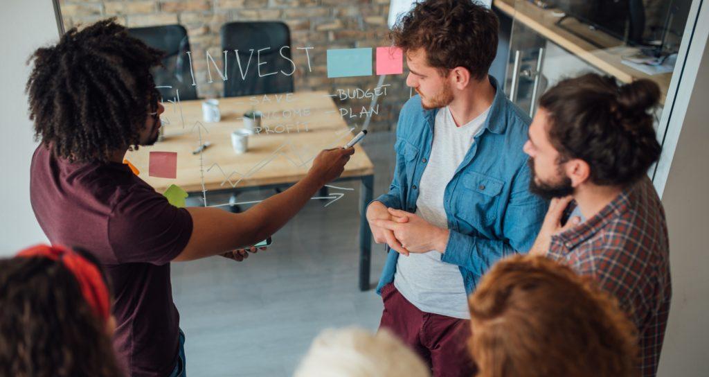 ¿Cuáles son las fuentes de educación financiera de los 'millennials'?