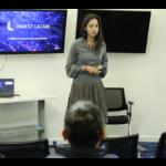 Una de las startups participantes finalistas de BBVA Open Talent en Colombia dando su pitch en el cierre de la jornada de Google Launchpad
