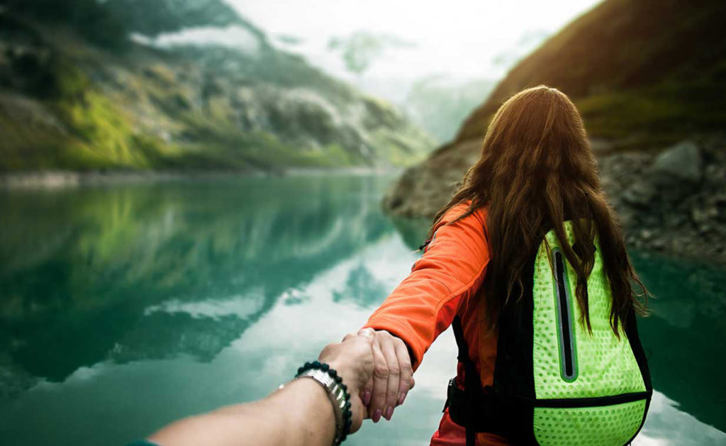 BBVA-banca-responsable-turquia-iniciativas- montaña-senderismo-pareja-ruta-naturaleza-montañera-libertad-mujer