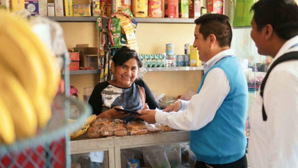 Fotografía de Lizandro Ramón, asesor de la FMBBVA, visitando a una emprendedora peruana