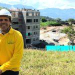 Mauricio Sánchez, junto al proyecto El Paraíso, en Valparaíso, Antioquia