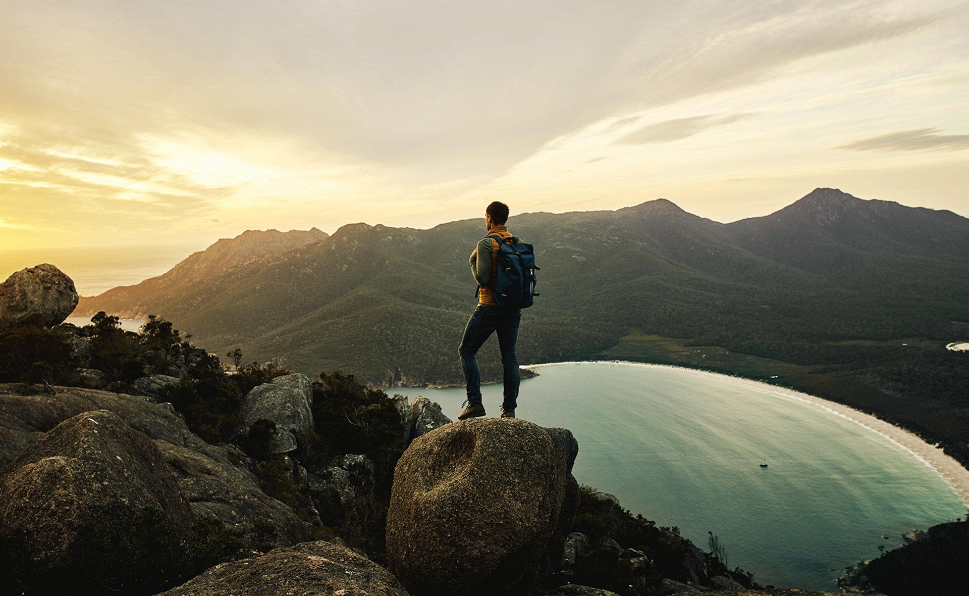 Fotografía de bonos, triunfo, liderazgo, sostenibilidad, colocación, emisiones, montaña, hombre, mochila