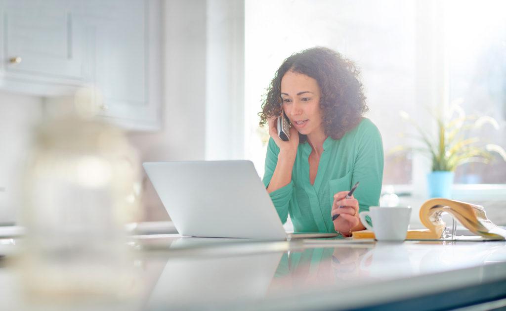 prestamo-no-clientes-documentación-mujer-online-empresa-emprendedora-ordenador