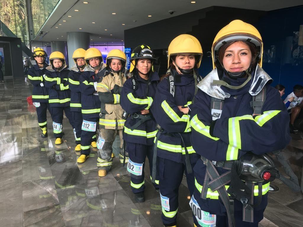 Mujeres bombero en la carrera vertical