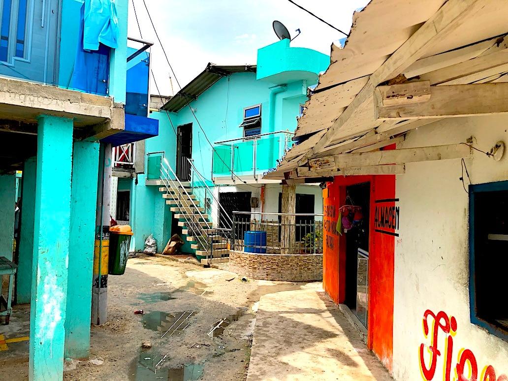 Una calle en Santa Cruz del Islote, la isla más poblada del mundo.
