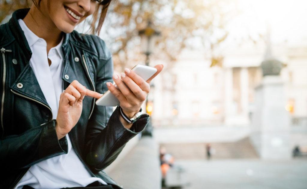 bizum-app-movil-mujer-transformación-digital-innovación-telefono móvil
