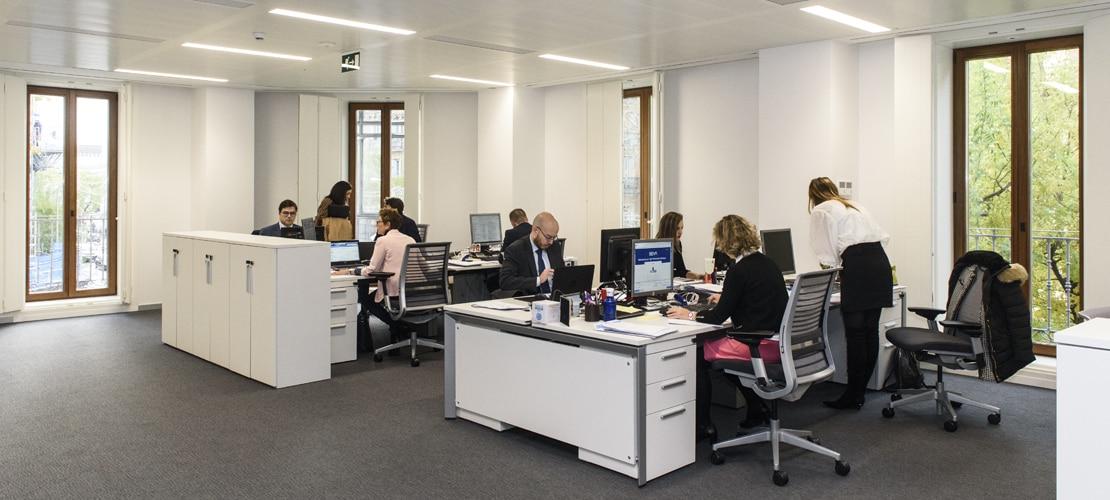 Interior oficina BBVA en España, mesas
