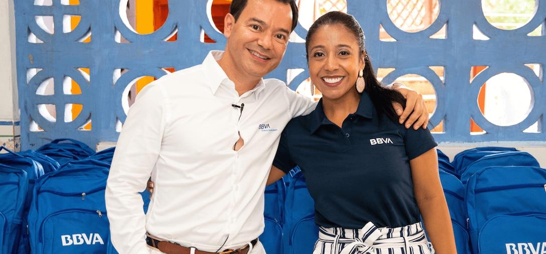 La gerente de la oficina La Plazuela de BBVA en Cartagena de Indias, Sulgey Arrieta el director de la Zona Norte Uriel Borrero, encabezaeron la entrega de los morrales a los niños de Barú.