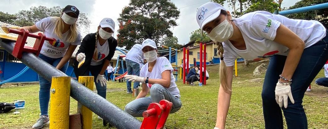 Más de 80 voluntarios de BBVA en Bucaramanga visitaron la sede de la Fundación Niños de Papel, ubicada en el municipio de Lebrija, Santander y allí compartieron mensajes, enseñanzas y sobre todo mucho cariño con un grupo de jóvenes con problemas de adicciones.