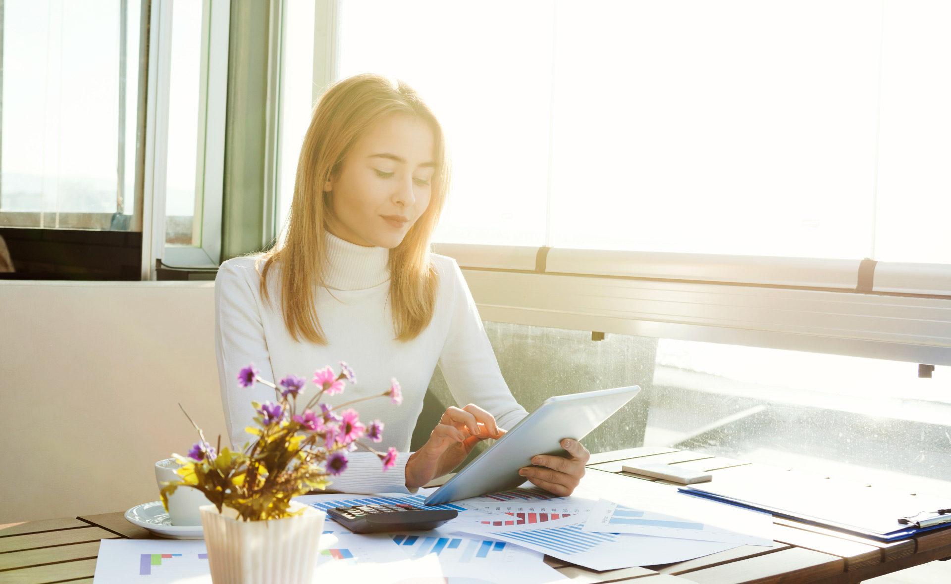 renta-mujer-tablet-finanzas-revisión