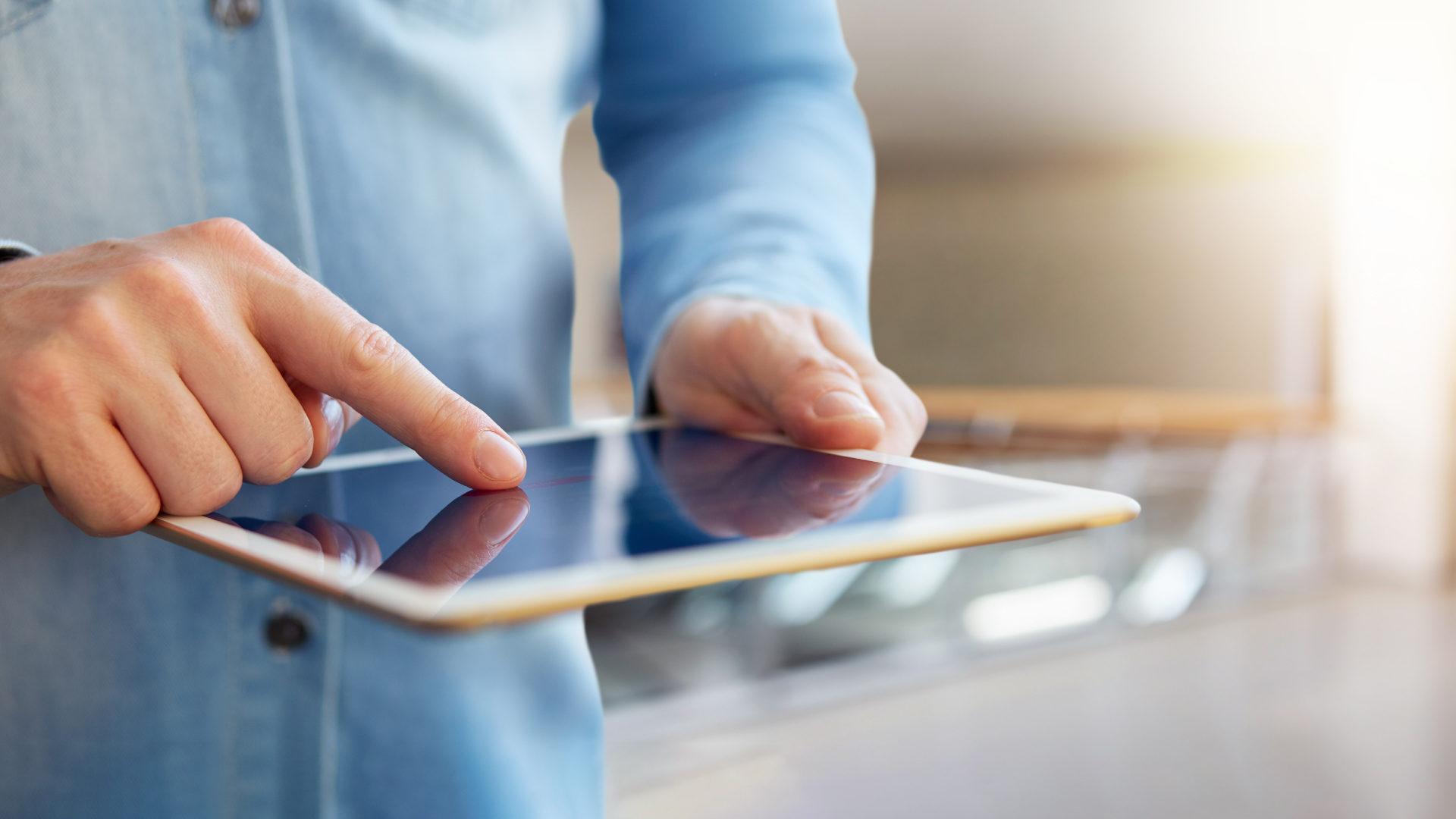 regulación-digitalización-transformación-digital-bbva-reguladores-tablet-