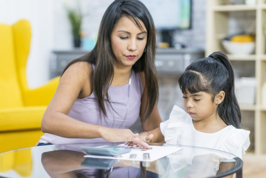 Enséñale finanzas personales a tus hijos jugando