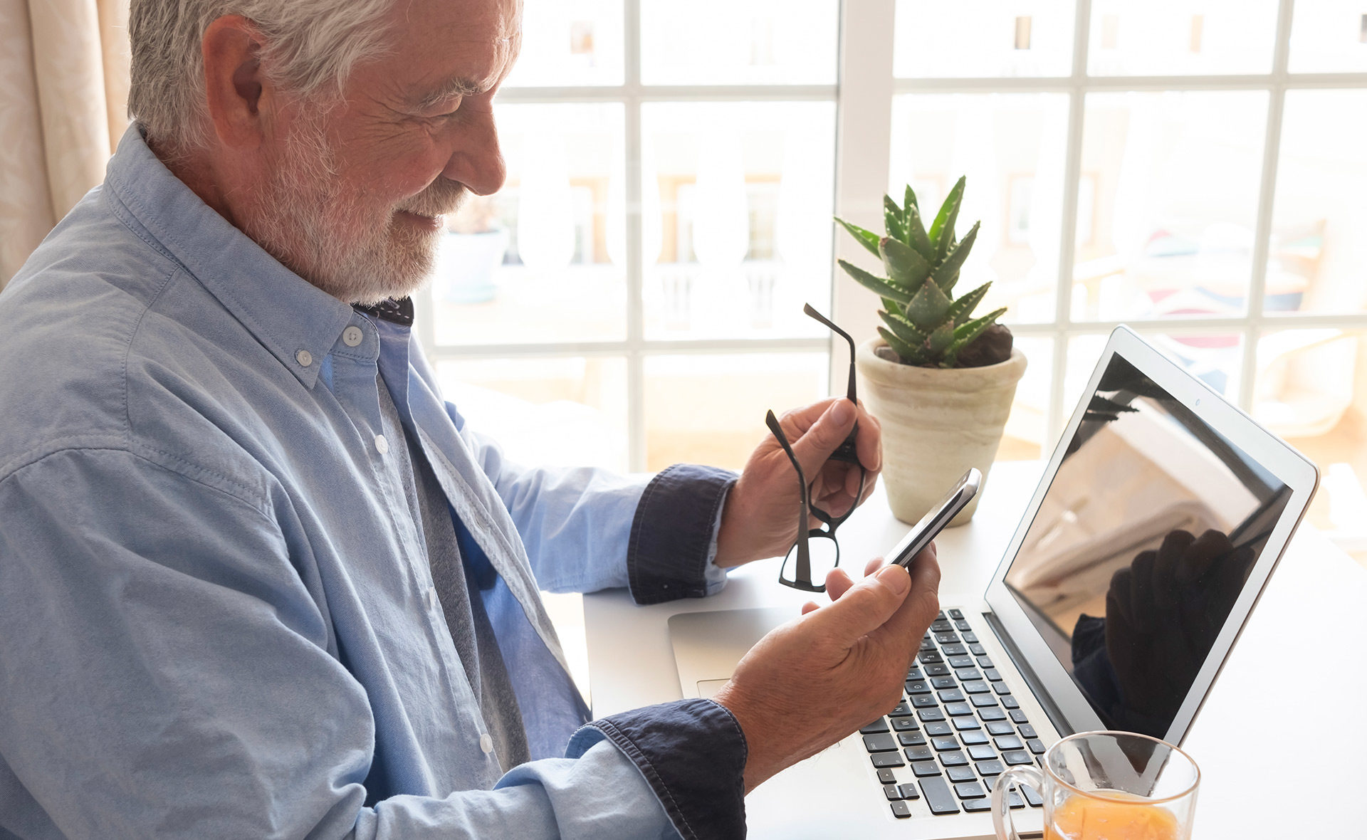 BBVA-garanti-digitalizacion-covid-madruez-tecnologias-mayores-brecha-digital-portatil-hombre-edad