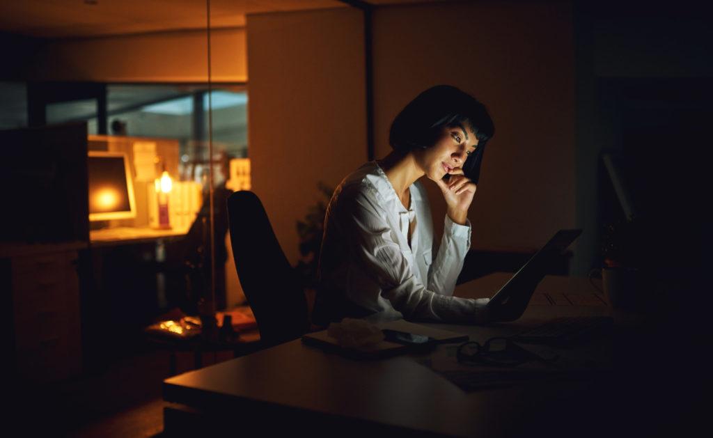 emprendedora-mujer-trabajadora-conectada-tecnologia-leer-emprendimiento