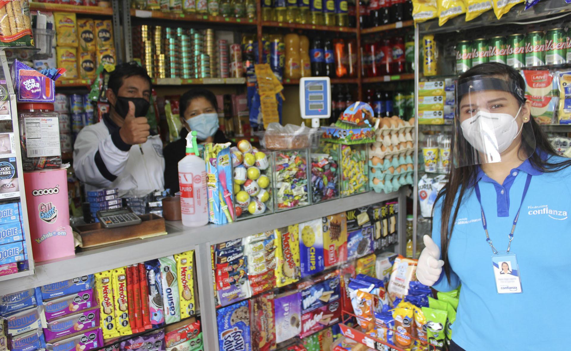 asesora FMBBVA con emprendedores Perú