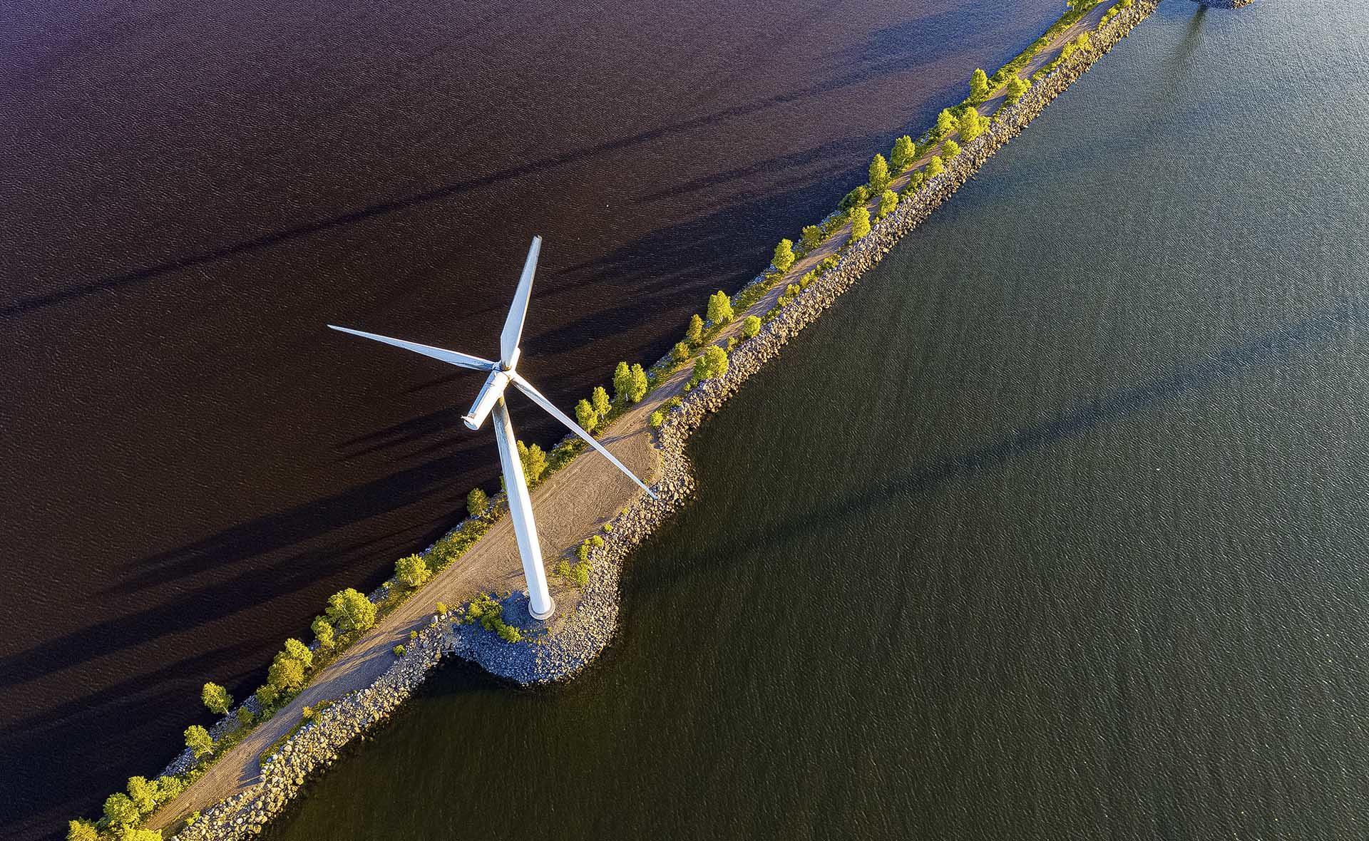 Fotografía de molino de viento en carretera que cruza el mar BBVA