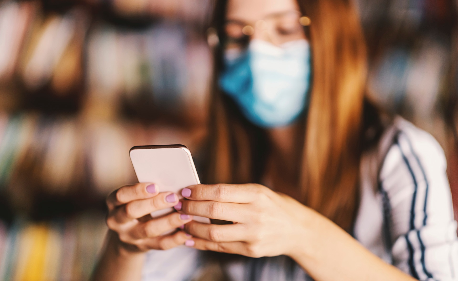 BBVA-2021-Pandemia-CanalesDigitales-mujer-app-movil-dispositivo-tecnologia-transformación-digital