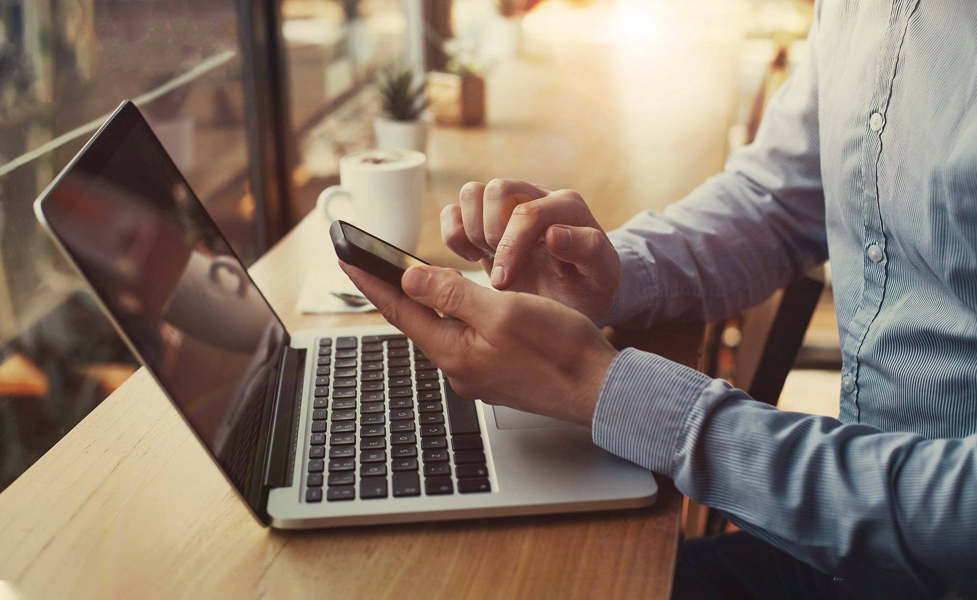clientes_digitales-BBVA-canales-dispositivos-portatil-movil-smartphone-trabajo-