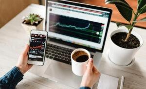 BBVA-BonoSocial-Mujeres-portatil-analisis-economia-teletrabajo-empleo-app-estadistica-graficos-bajada-subida-bolsa-