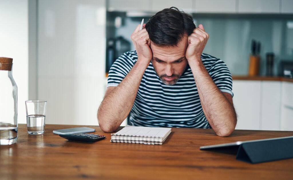 BBVA-estres-financiero-problemas-salud-agobio-economía-debil-sensaciones-empobrecimiento-hombre-preocupacion-finanzas-bbva