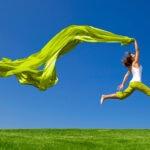 BBVA-fuentes-energias-renovables-apertura-sostenibilidad-mujer-verde-naturaleza