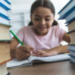 BBVA-programas-iniciativas-sociales-niña-estudiantes-colegios-libros-educación