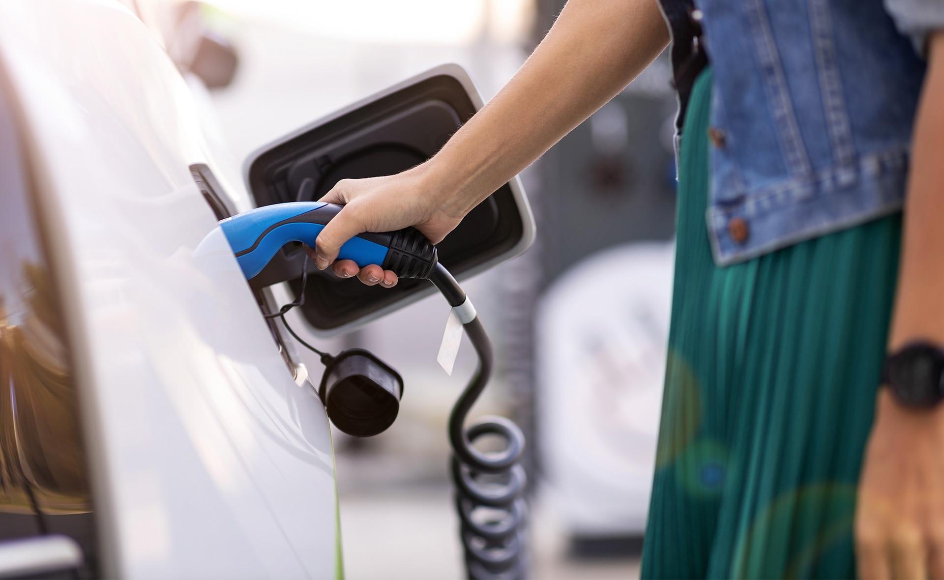 coche_sostenible-ecologia-electrico-vehiculo-sostenible-emisones-contaminacion-recurso-automovil-recarga-vehiculo