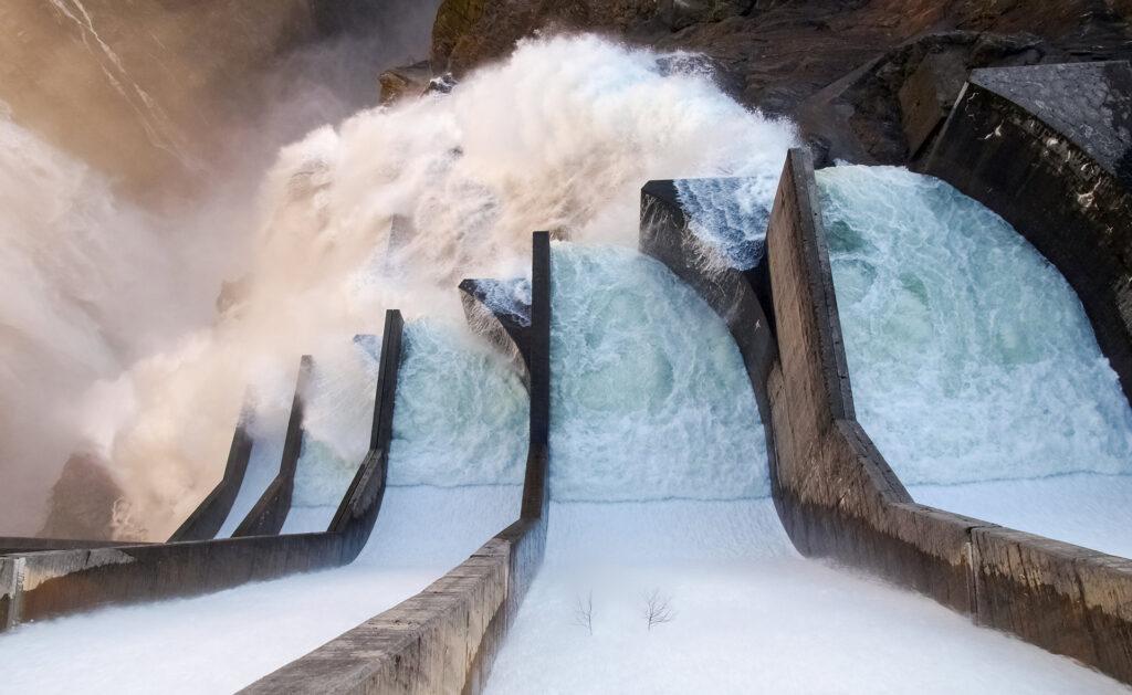 energía-renovable-agua-manantial-presa-sostenibilidad-mundo-cuidado-planeta