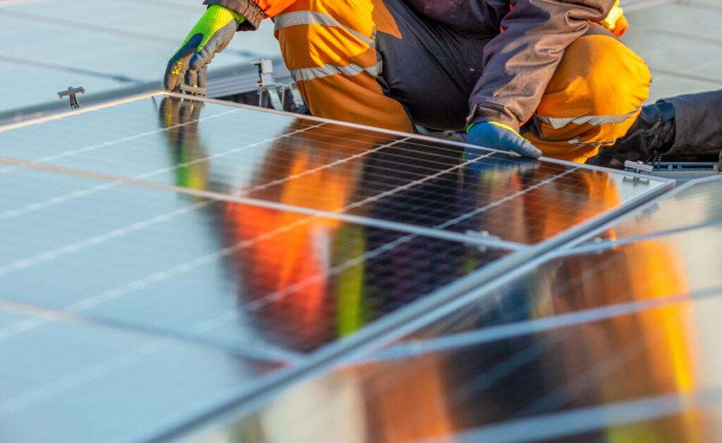energía_renovable-paneles-placas-solares-ahorro-energía-protección-sostenibilidad