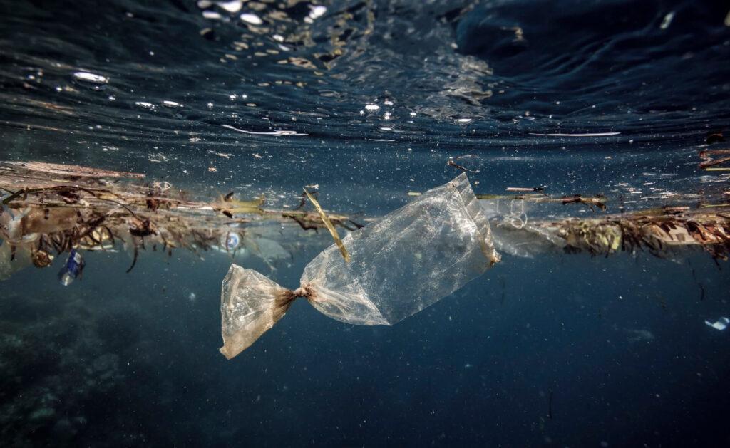 plastico-mar-bbva-sostenibilidad-ecología-contaminación-bolsa-océanos