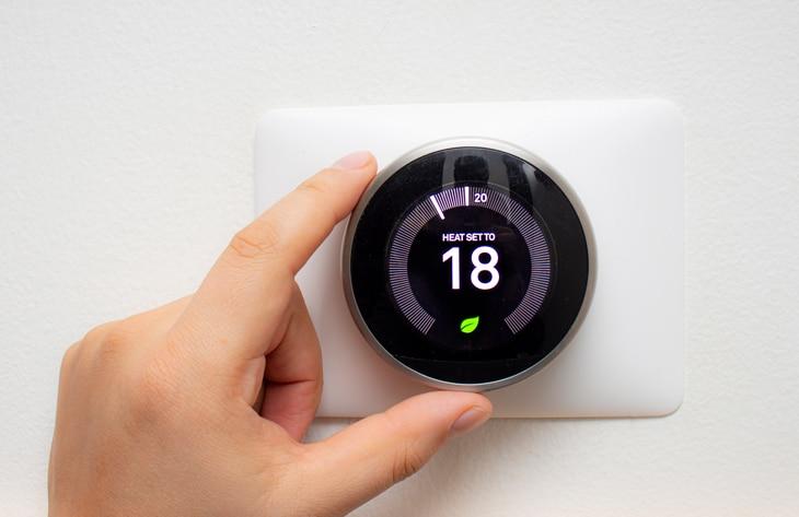 BBVA-calderas-termostato-microondas-descarbonizacion-sostenibilidad-casas-energia