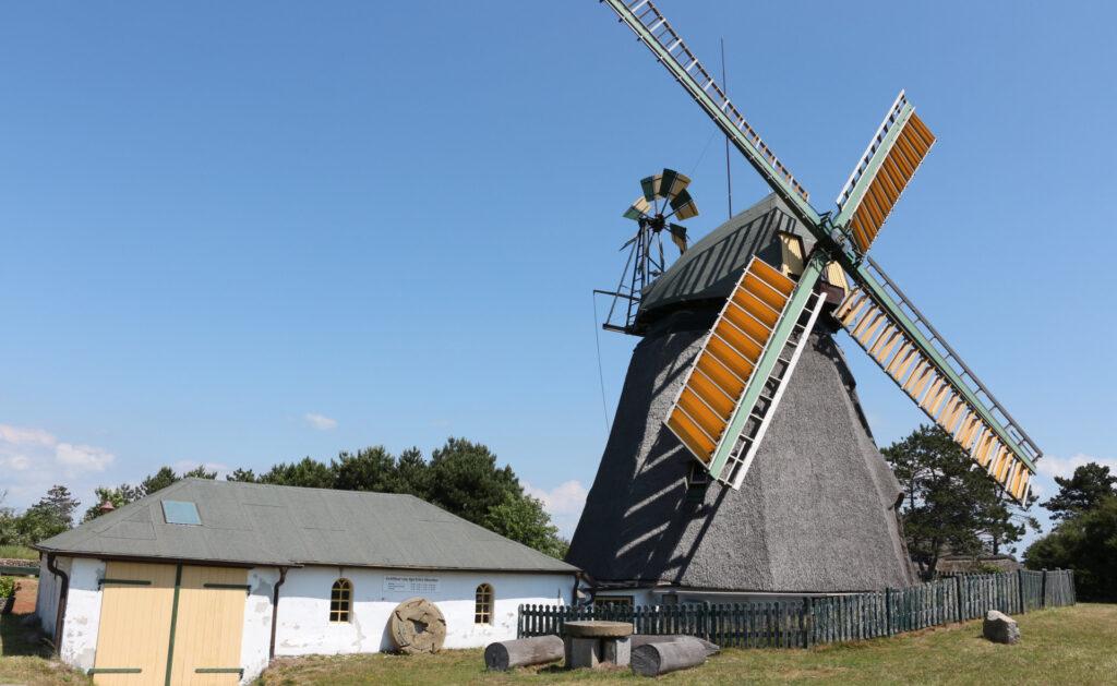 energía_eolica_interior1-molino-viento-campo-sostenibilidad-fuente