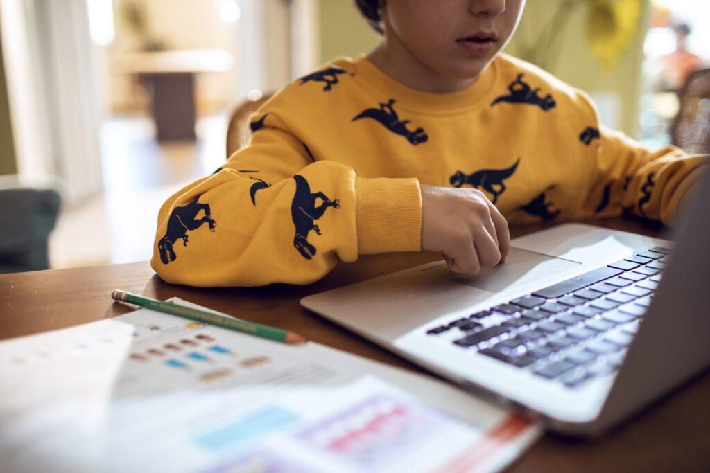 Cinco consejos para proteger las finanzas mientras los hijos navegan en internet