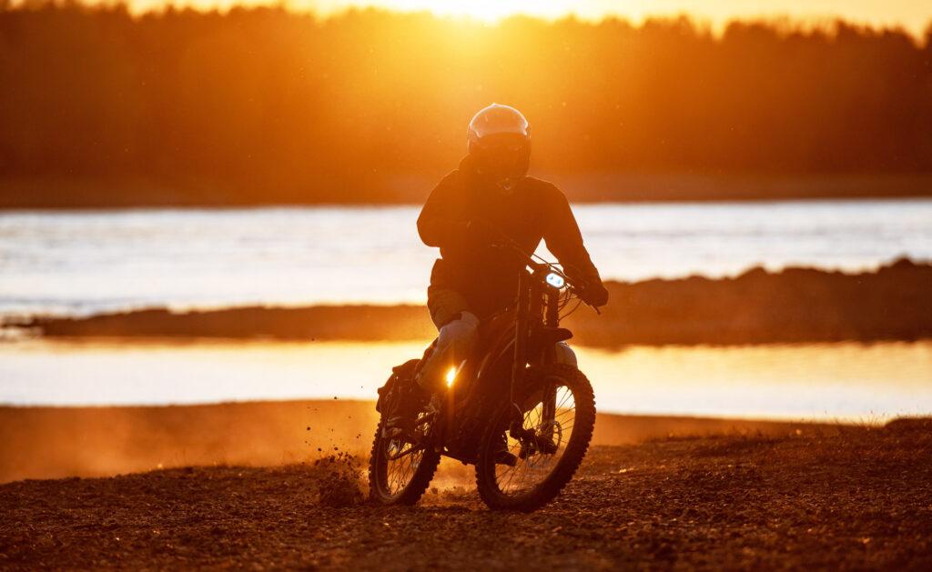 moto_electrica-estilo-vida-sostenible-transporte-movilidad-